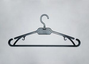 черная складная вешалка для одежды